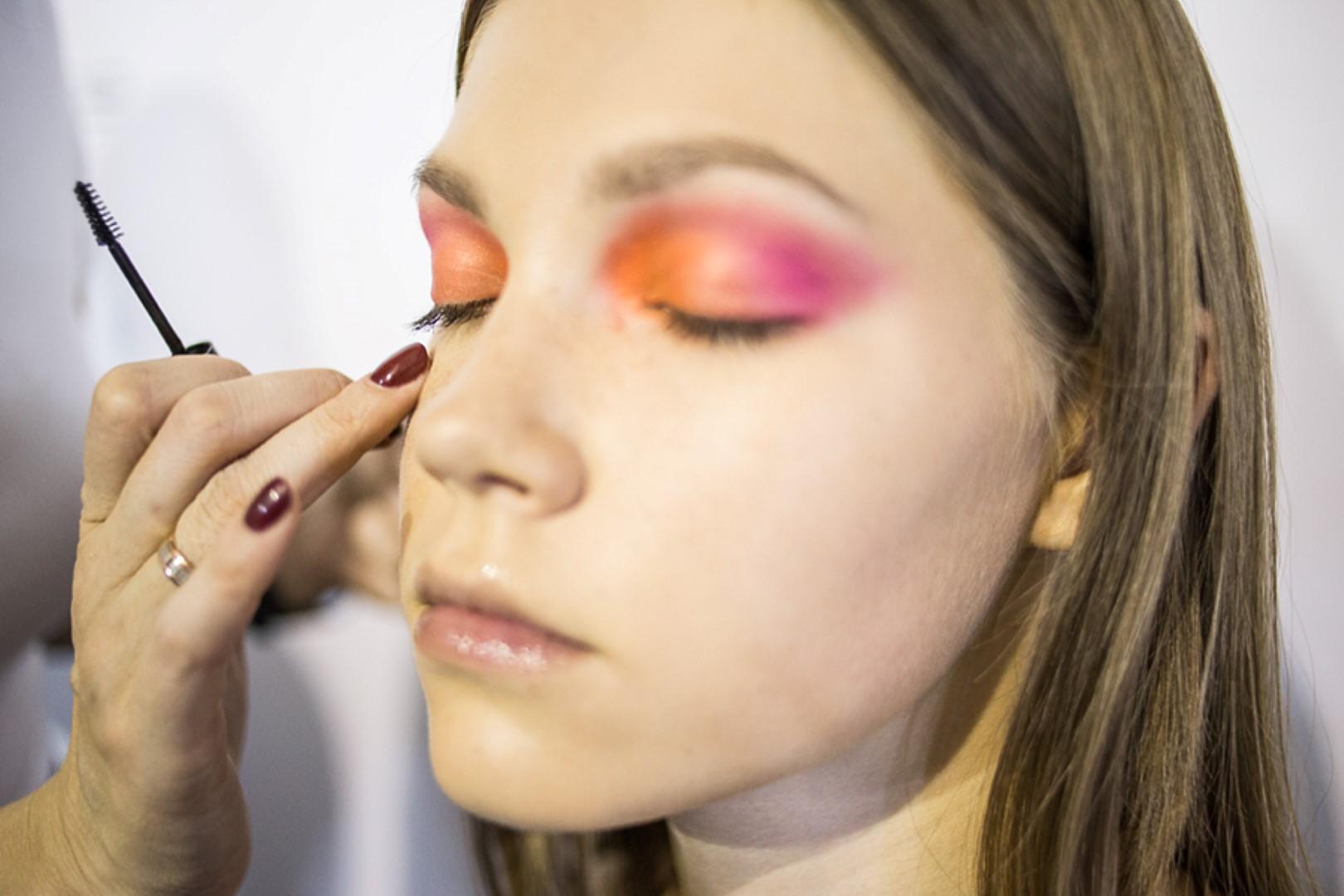 Команда визажистов школа макияжа Иры Хомяковой, подготовка моделей для показа Украинской Недели Моды